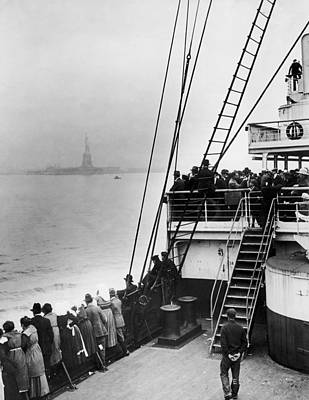 Photograph - Immigrants Approaching Statue Of Liberty by Edwin Levick