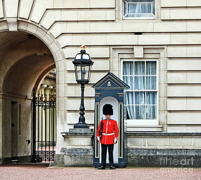 Photograph - Queens Guard at Buckingham Palace by Nishanth Gopinathan
