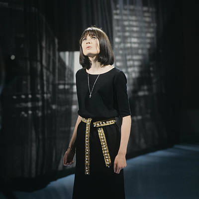 Photograph - Sandie Shaw Performs On Tv Show by David Redfern