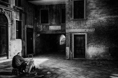 Photograph - The Painter Venice Street Photography by Frank Andree