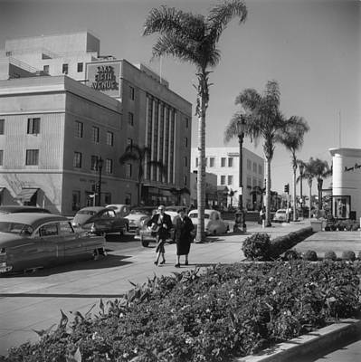 Walking Photograph - Wilshire Boulevard by Slim Aarons