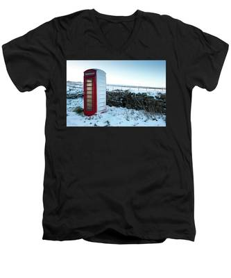 Snowy Telephone Box Men's V-Neck T-Shirt