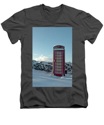 Red Telephone Box In The Snow IIi Men's V-Neck T-Shirt