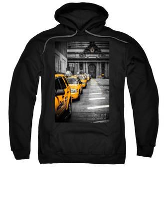 Yellow Cabs Waiting - Grand Central Terminal - Bw O Sweatshirt