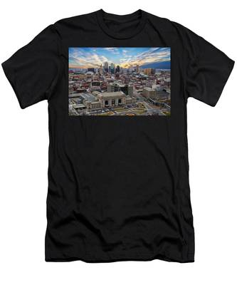 Kansas City Skyline Men's T-Shirt (Athletic Fit)