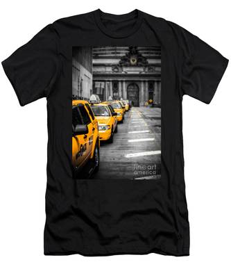 Yellow Cabs Waiting - Grand Central Terminal - Bw O Men's T-Shirt (Athletic Fit)