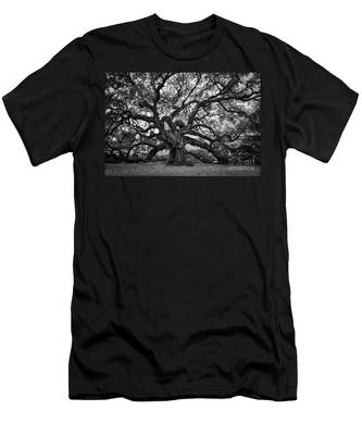 Dramatic Angel Oak In Black And White Men's T-Shirt (Athletic Fit)