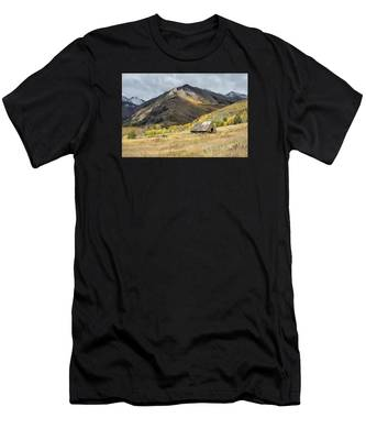 Log Barn In The Mountains Men's T-Shirt (Athletic Fit)