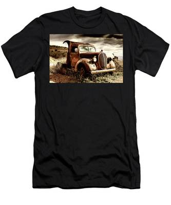 Old Ford Truck In Desert Men's T-Shirt (Athletic Fit)