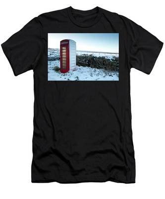 Snowy Telephone Box Men's T-Shirt (Athletic Fit)