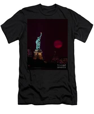Super Moon Rising And The Statue Of Liberty Men's T-Shirt (Athletic Fit)
