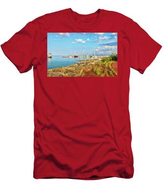 Men's T-Shirt (Athletic Fit) featuring the photograph Evening At Riverwalk Landing In Yorktown Virginia by Ola Allen
