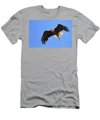 Bald Eagle Catch Men's T-Shirt (Athletic Fit)