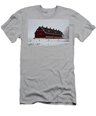 Big Red Barn In The Winter Men's T-Shirt (Athletic Fit)