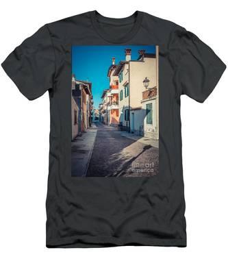 walking through Grado - through the past Men's T-Shirt (Athletic Fit)
