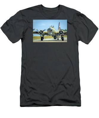 Boeing B-17g Flying Fortress   Men's T-Shirt (Athletic Fit)