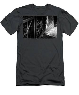Iron Gate In Bw Men's T-Shirt (Athletic Fit)