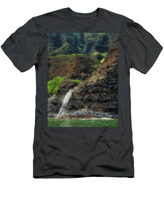Na Pali Coast Waterfall Men's T-Shirt (Athletic Fit)