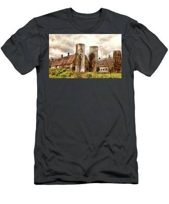 Men's T-Shirt (Athletic Fit) featuring the photograph Old Rustic Barn In Cumberland Virginia by Ola Allen
