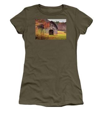 Rustic Barn In Autumn Women's T-Shirt
