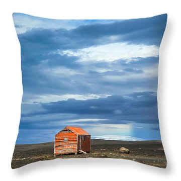 Kjolur Throw Pillows