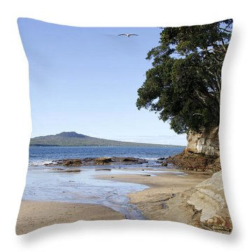 New Zealand Throw Pillow by Les Cunliffe