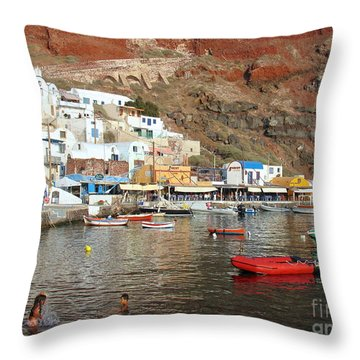 A Splash In Amoudi Bay  Throw Pillow by Suzanne Oesterling