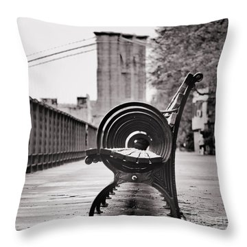 Bench's Circles And Brooklyn Bridge - Brooklyn Heights Promenade - New York City Throw Pillow