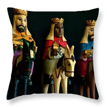De Tierras Lejanas Throw Pillow