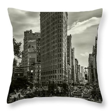 Flatiron Building - Black And White Throw Pillow