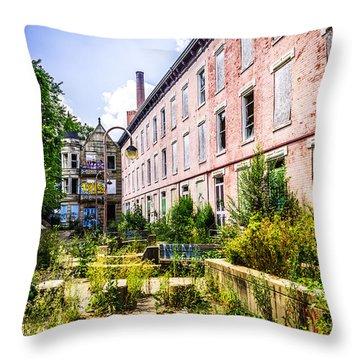 Glencoe-auburn Hotel In Cincinnati Picture Throw Pillow by Paul Velgos