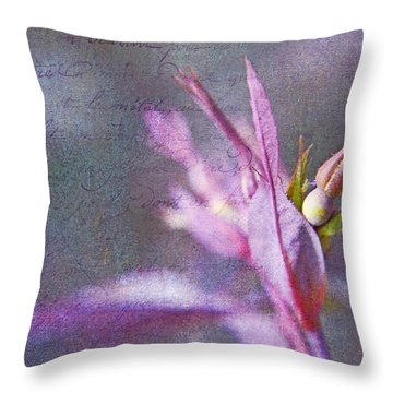 Lettres D'amour Throw Pillow