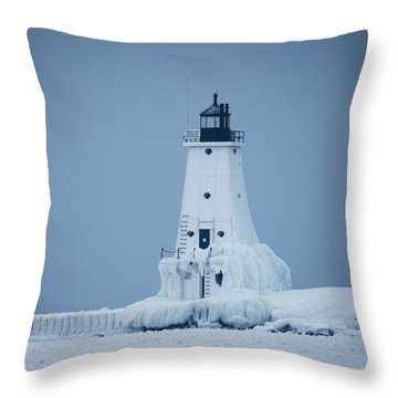 Ludington North Pier Lighthouse In Winter Throw Pillow