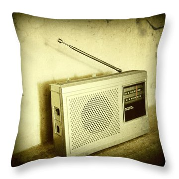 Old Radio Throw Pillow by Les Cunliffe