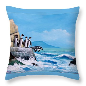 Pinguinos De Humboldt Throw Pillow