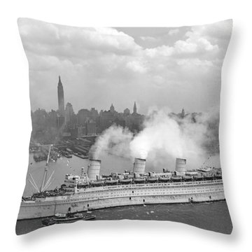 Rms Queen Mary Arriving In New York Harbor Throw Pillow