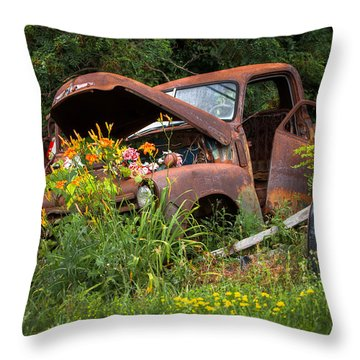 Rusty Truck Flower Bed - Charming Rustic Country Throw Pillow
