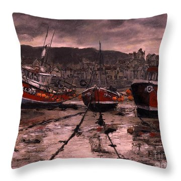 Staithes At Low Tide Throw Pillow