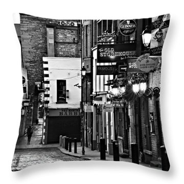 Temple Bar / Dublin Throw Pillow