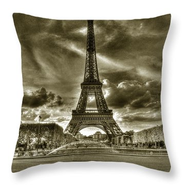 Tour Eiffel  Throw Pillow