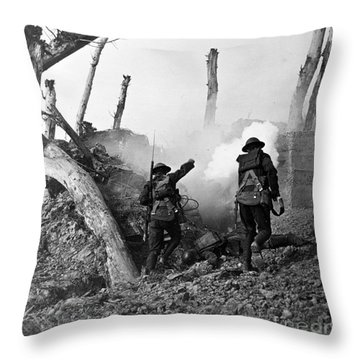 Wwi American Soldiers  Throw Pillow by Photo Researchers