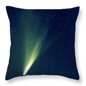 Comet West, 1976 Throw Pillow by Science Source