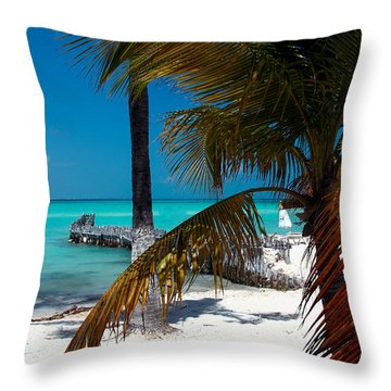 Mujeres Throw Pillow
