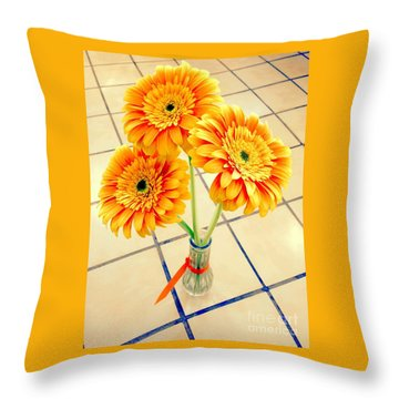 3 Golden Yellow Daisies Gift To My Beautiful Wife Suffering With No Hair Suffering Frombreast Cancer Throw Pillow