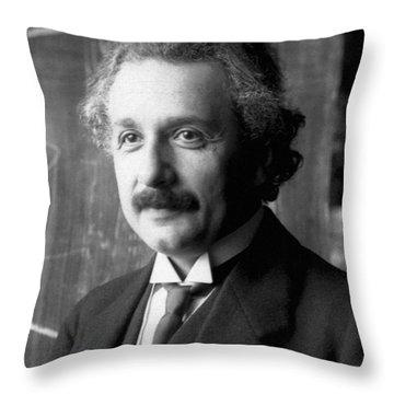 Albert Einstein Nel 1921 Throw Pillow