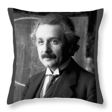 Albert Einstein Nel 1921 Throw Pillow