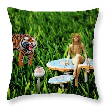 Angoisse Feminine#3 Throw Pillow