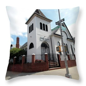 Asamblea Evangelica Evergreen Church Throw Pillow