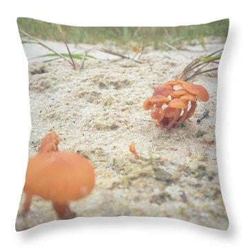 Auf Pilzjagd.  #pilze #sandboden Throw Pillow