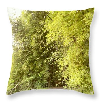 bambu en Limani, Adjuntas Throw Pillow